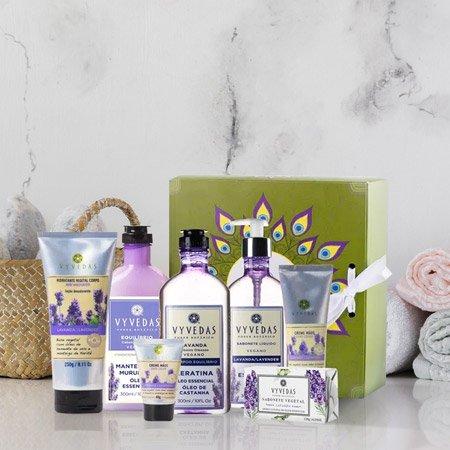 Perfumes e loções em cima de uma mesa