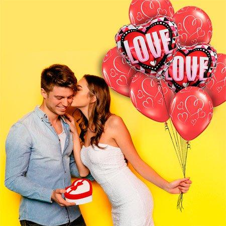 Balões com a palavra Love em forma de coração