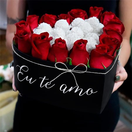 Coração Escrito Eu Te Amo com Rosas Vermelhas e Chocolate Rafaello