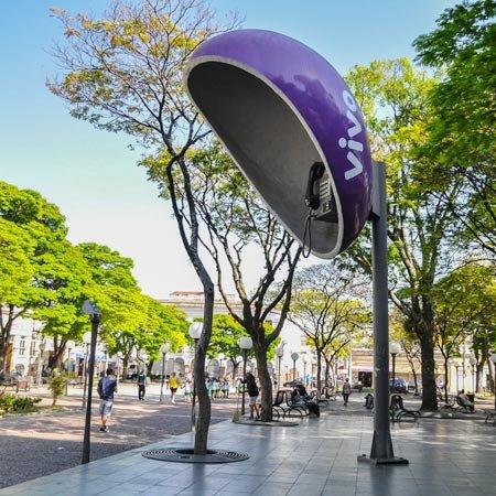 Orelhão Gigante, localizado na Praça Padre Miguel